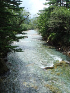 大正池へと続く梓川